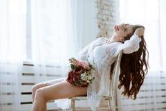 Señora atractiva hermosa en traje blanco elegante Fotos de archivo