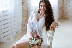 Señora atractiva hermosa en traje blanco elegante Fotos de archivo libres de regalías