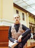 Señora atractiva joven de la moda en el ferrocarril que espera, vintag Foto de archivo
