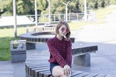 Señora atractiva que descansa al aire libre en parque fotos de archivo