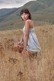 Señora bastante joven en las colinas de un prado Imágenes de archivo libres de regalías