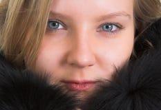 Señora bastante joven en una piel Fotografía de archivo libre de regalías