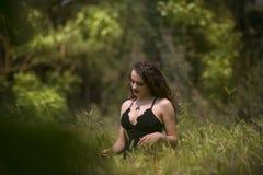 Señora bastante joven entre campo grande de las malas hierbas Fotos de archivo