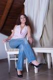 Señora bonita casual, sentándose en silla Fotografía de archivo libre de regalías