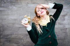 Señora bonita con el despertador Fotos de archivo libres de regalías