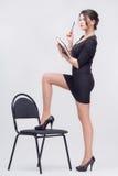 Señora bonita del negocio que se coloca con el libro Imagen de archivo libre de regalías