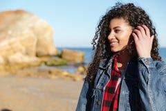 Señora bonita joven africana que camina al aire libre en la playa imágenes de archivo libres de regalías