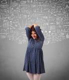 Señora bonita joven con cálculos e iconos dibujados mano Foto de archivo libre de regalías