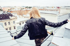 Señora bonita joven de la moda en el top del tejado que tiene tiempo del partido de la diversión, lif Fotos de archivo