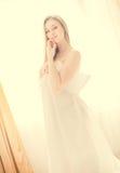 Señora bonita joven de Sexi en la ventana que hace una pausa blanca Imagen de archivo libre de regalías