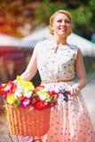 Señora bonita que despierta la calle con la bicicleta Imágenes de archivo libres de regalías