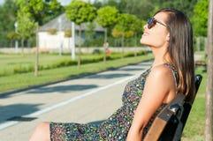Señora bonita que sonríe gozando del sol afuera en parque Imagenes de archivo