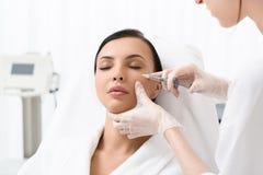 Señora bonita que tiene tratamiento del skincare Foto de archivo libre de regalías
