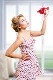 Señora bonita rubia modela hermosa que juega con imagen de archivo libre de regalías