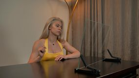 Señora caliente que conecta con la pantalla de ordenador de cristal transparente almacen de metraje de vídeo