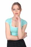 Señora camiseta que lleva que toca su barbilla Cierre para arriba Fondo blanco Imagen de archivo libre de regalías