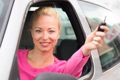 Señora caucásica que muestra una llave del coche Fotos de archivo