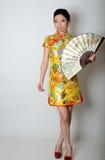 Señora china con la fan Imagenes de archivo