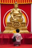 Señora china tailandesa que ruega Imagen de archivo