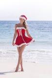 señora Claus en la playa tropical Imágenes de archivo libres de regalías