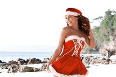 señora Claus en la playa tropical Imagen de archivo