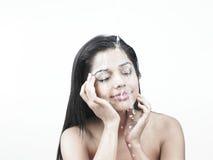 Señora con agua en su cara Foto de archivo