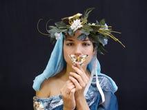 Señora con el azul de la mariposa Fotografía de archivo libre de regalías