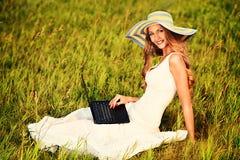 Señora con el ordenador portátil Imagen de archivo