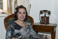 Señora con el pelo en estilo retro Fotografía de archivo libre de regalías