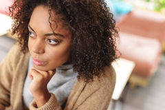 Señora con el pensamiento del pelo rizado Foto de archivo