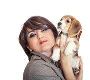 Señora con el perrito lindo del beagle Fotografía de archivo libre de regalías