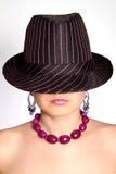 Señora con el sombrero de ala Imagenes de archivo