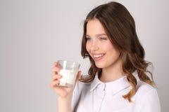 Señora con el vidrio de leche Cierre para arriba Fondo blanco Fotos de archivo