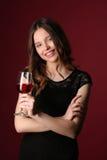 Señora con el vino y los brazos cruzados Cierre para arriba Fondo rojo oscuro Imágenes de archivo libres de regalías