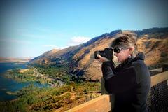 Señora con la cámara Foto de archivo libre de regalías