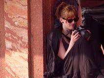 Señora con la cámara Fotos de archivo libres de regalías