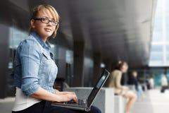 Señora con la computadora portátil Fotos de archivo