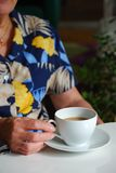 Señora con la taza de café Foto de archivo libre de regalías