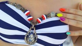 Señora con los clavos coloridos que llevan verano de los accesorios del medallón Fotos de archivo libres de regalías