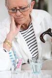 Señora con su medicación Imágenes de archivo libres de regalías
