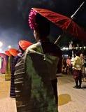 Señora con un paraguas rojo Imagenes de archivo