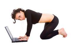 Señora con una computadora portátil Imagenes de archivo