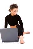 Señora con una computadora portátil Imagen de archivo libre de regalías