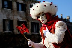 Señora con una máscara de ojo en Venecia Imagen de archivo libre de regalías