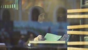 Señora confiada en el hijab que trabaja en el café, comprobando datos en contrato, contable almacen de video