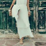 Señora contra puerta del vintage en el vestido blanco y accesorios elegantes Fotos de archivo
