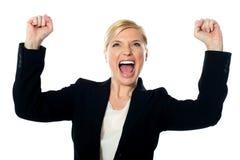 Señora corporativa que grita con los brazos para arriba imagen de archivo
