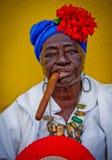 Señora cubana del cigarro Imagenes de archivo