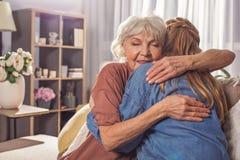 Señora de abarcamiento de la mujer mayor feliz Fotos de archivo