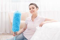 Señora de aspecto joven que presenta con barrido de limpieza Fotografía de archivo libre de regalías